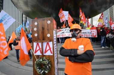 Les salariés d'Areva en colère protestent devant le siège de l'entreprise à La Défense