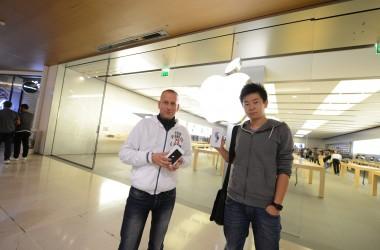 De nombreux clients devant l'Apple Store des 4 Temps pour la sortie des nouveaux iPhone