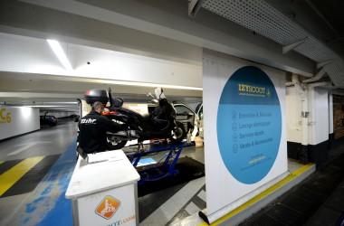 Dans les parkings de La Défense, Izyscoot prend soin des deux roues