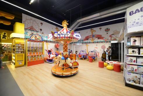 """L'espace jeux au Toys""""R""""Us des 4 Temps - Defense-92.fr"""