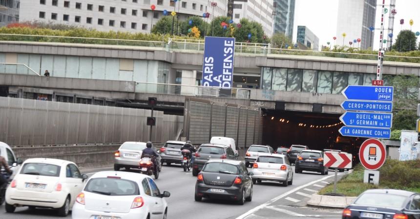 L'entrée de La Défense marquée par un grand totem «Paris La Défense»