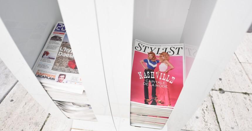Stylist remplace Metronews sur les présentoirs à journaux de La Défense
