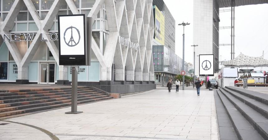 Les panneaux numériques de JCDecaux affichent leur soutien aux victimes des attentats