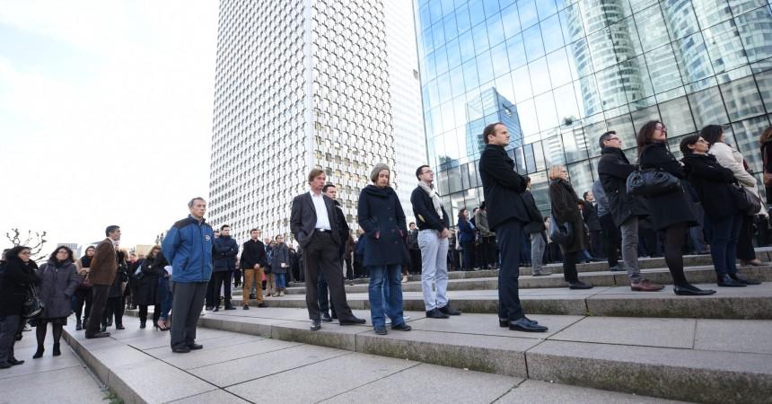 Attentats à Paris : émotion pour la minute de silence à La Défense
