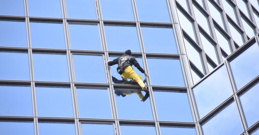 Alain Robert grimpe la tour Total en 45 minutes