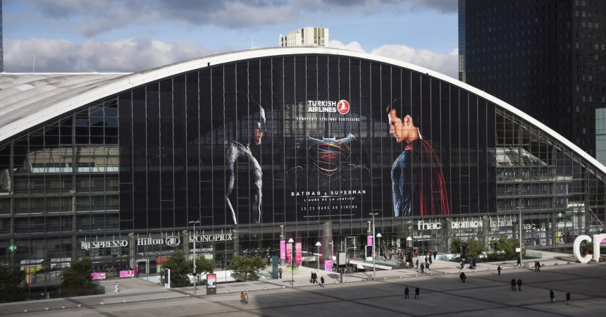 Turkish Airlines affiche Batman et Superman en très grand sur le Cnit