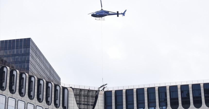 Un Super Puma va héliporter trois aérocondenseurs sur le toit de la tour PB5