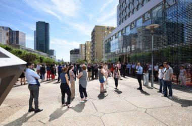 A midi La Défense se fige en hommage aux victimes de l'attentat de Nice