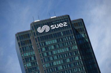 Suez signe le sommet de la tour CB21 par une enseigne géante