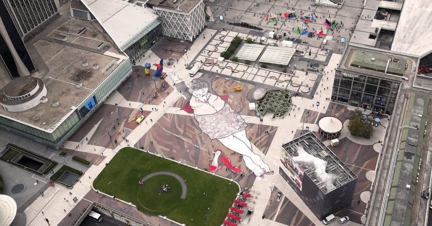 Un œuvre de street art géante sur la place de La Défense