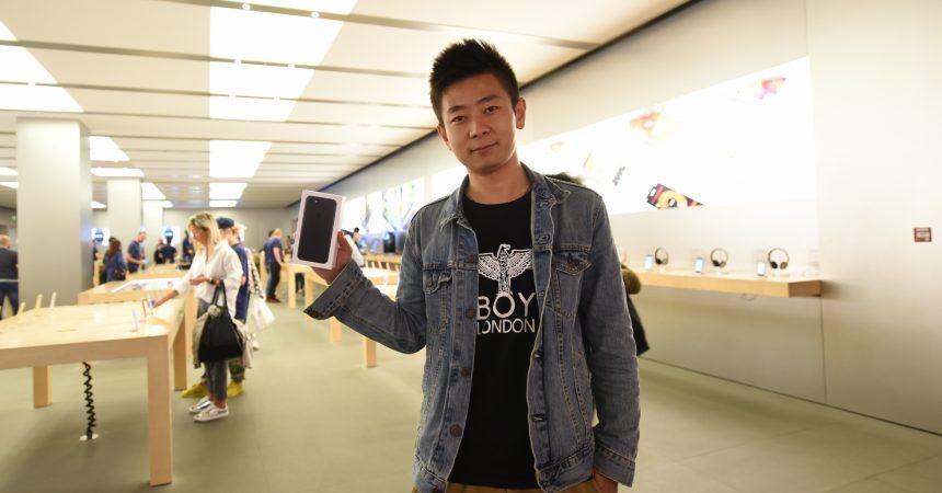 Peu de monde à l'Apple Store des 4 Temps pour la sortie des nouveaux iPhone 7