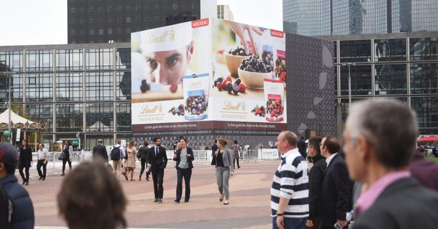 Les chocolats Lindt s'affichent sur la bâche géante du Calder