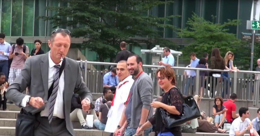 Jonathan Demayo piège des passants à La Défense en leur faisant faire n'importe quoi