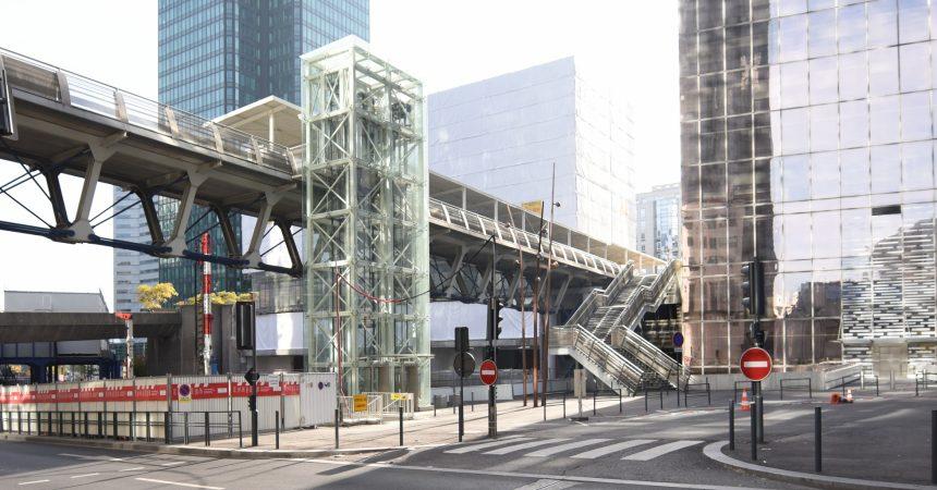 Les ascenseurs au pied de la tour Manhattan sont enfin en service