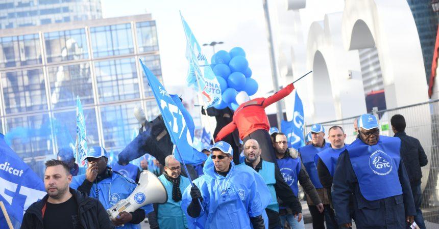 En colère les agents de sécurité défilent à La Défense