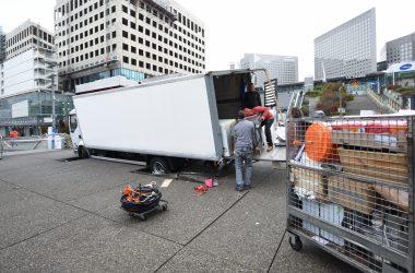 Trop lourd, un camion s'enfonce sur le parvis de La Défense