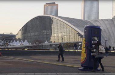Orangina installe à La Défense un distributeur complètement secoué