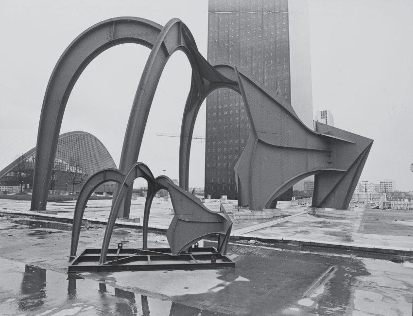 La maquette de l'Araignée Rouge de Calder devant la véritable oeuvre en 1976 - Fond d'archives Defacto