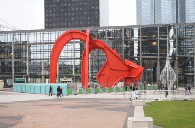 L'Araignée Rouge de Calder s'est dégagée de ses échafaudages