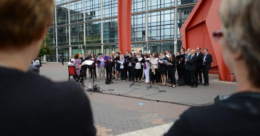 Pour Noël deux chorales d'entreprises viennent chanter à Cœur Défense