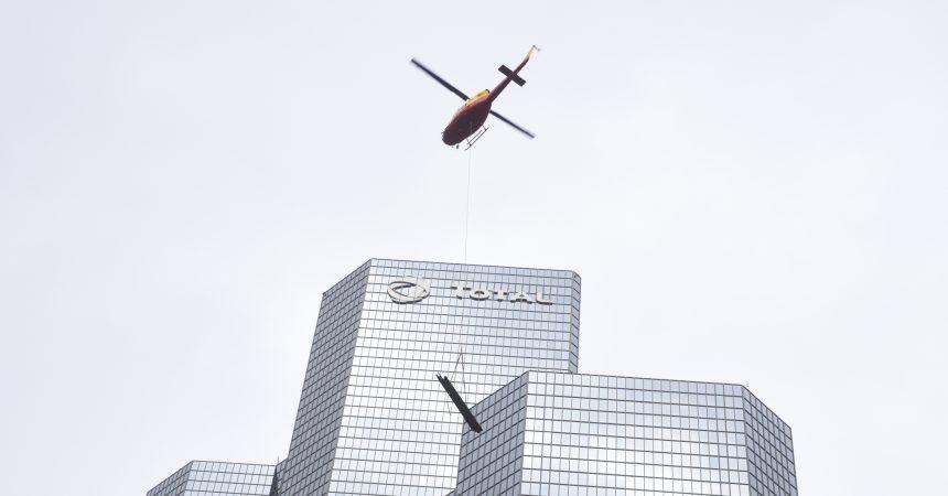 Opération héliportage au sommet de la tour Total