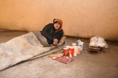 Sous la dalle de La Défense certains tentent de survivre au froid
