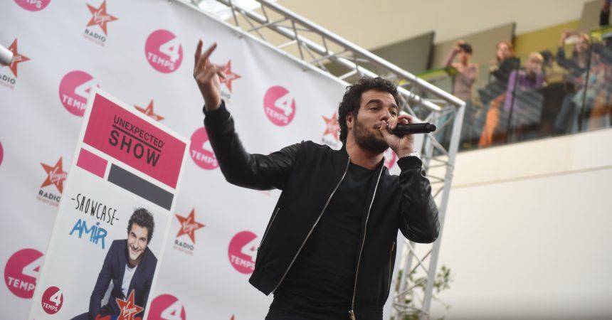 Le chanteur Amir enflamme les 4 temps pour son showcase