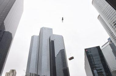 Livraison par hélicoptère au sommet de la tour Total
