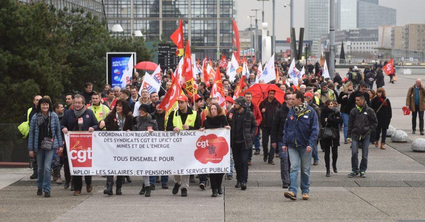 Les gaziers et électriciens défilent sur le parvis de La Défense
