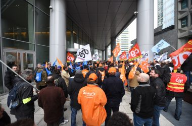 Mécontents, des salariés de Thales manifestent devant la tour Carpe Diem