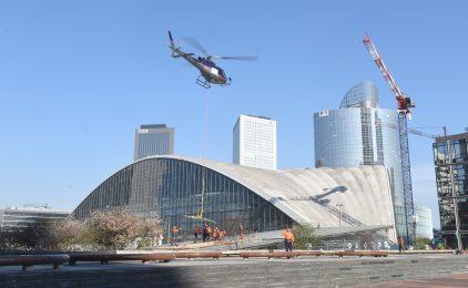 Un hélicoptère pour remplacer une vitre brisée