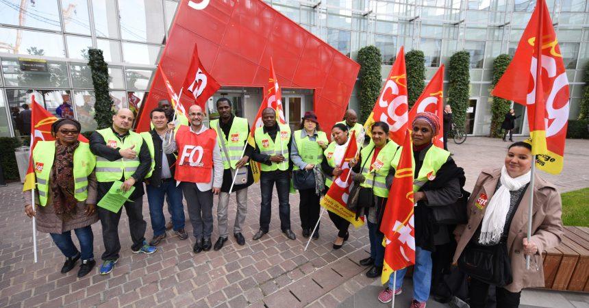 Une quinzaine de salariés du groupe Louvre Hôtel proteste devant le siège de leur entreprise