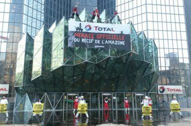 Greenpeace déverse 3 000 litres de mélasse au pied de la tour Total pour simuler une marée noire