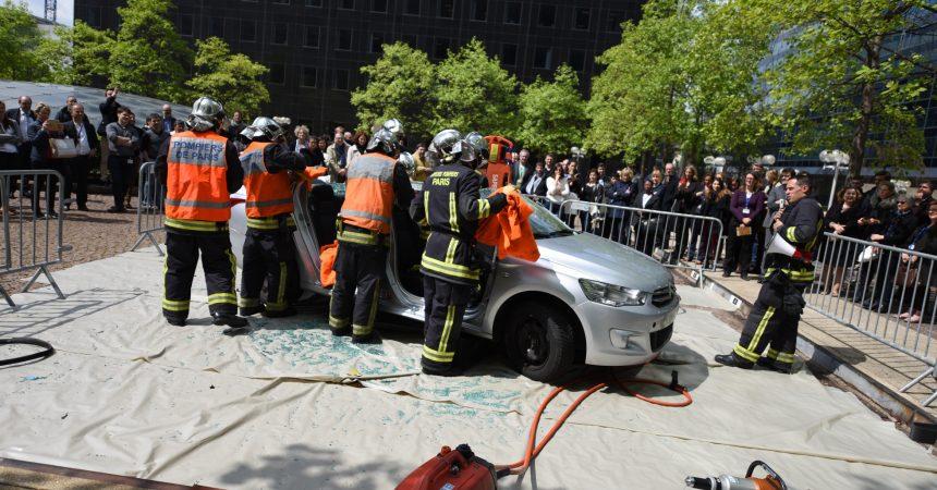 Au pied de leur tour, les salariés de Total sont sensibilisés aux accidents de voitures