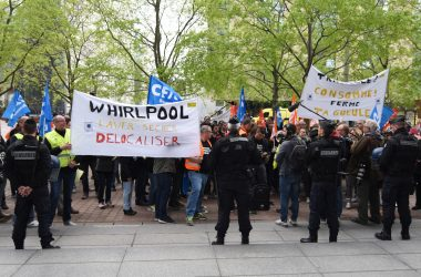 Les salariés de l'usine Whirlpool d'Amiens manifestent à La Défense