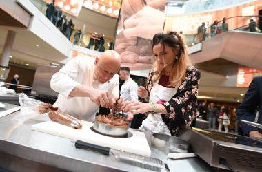 Aux 4 Temps Capucine Anav apprend à faire un vacherin au chocolat avec Thierry Marx