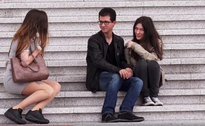 En caméra cachée elle drague des hommes devant leur copine