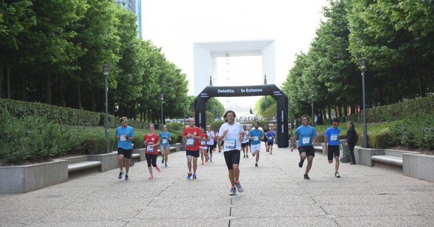 Salariés et patrons courent côte à côte aux pieds des tours de La Défense