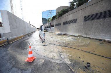 En forant un micropieu pour le chantier de la tour Trinity, ils percent une canalisation et provoquent une inondation géante