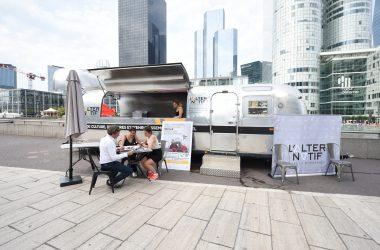 Un Airstream pour promouvoir « L'Alternatif » au pied de la tour EDF