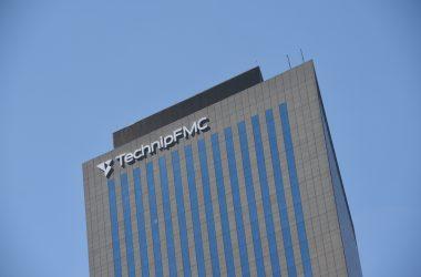 Technip devenu TechnipFMC pose sa nouvelle enseigne géante au sommet de sa tour