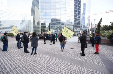 En colère des manifestants protestent contre la baisse des APL à La Défense
