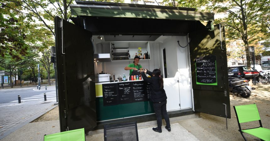 Finis les journaux, le kiosque du Faubourg de l'Arche sert maintenant des burgers