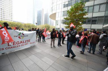 Les salariés d'une superette manifestent devant le siège d'HSBC à La Défense