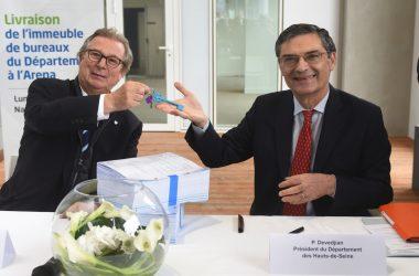 Patrick Devedjian récupère les clefs du nouveau siège des Hauts-de-Seine