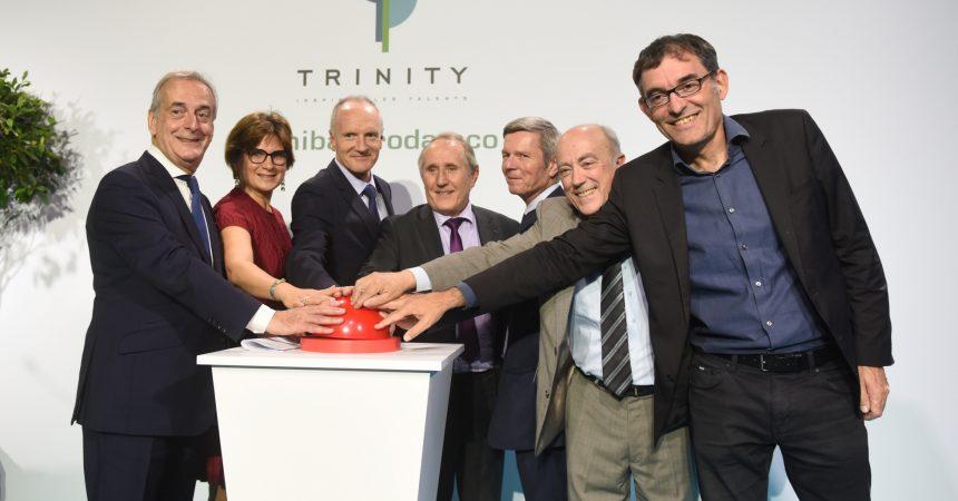 Derrière le Cnit la tour Trinity s'apprête à émerger