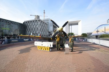 Un Spitfire se pose à La Défense pour célébrer le lancement du nouveau Call of Duty