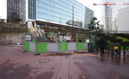 Quand Paris La Défense ferme en douce un escalier pour monter sur la dalle