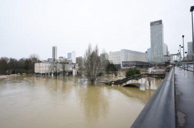 A La Défense, la Seine continue de monter et recouvre désormais une grande partie de l'ile de Puteaux et Neuilly