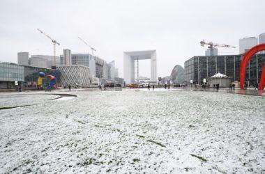 Une fine couche de neige saupoudre La Défense
